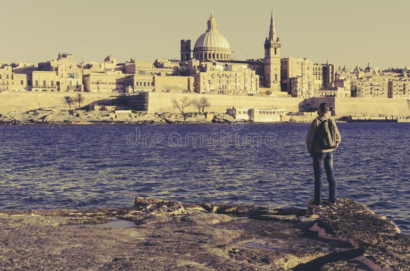 Le touriste admire le littoral de La Valette, Malte photos stock