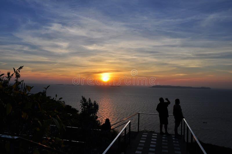 Le touriste apprécient le coucher du soleil au-dessus de la mer photo stock