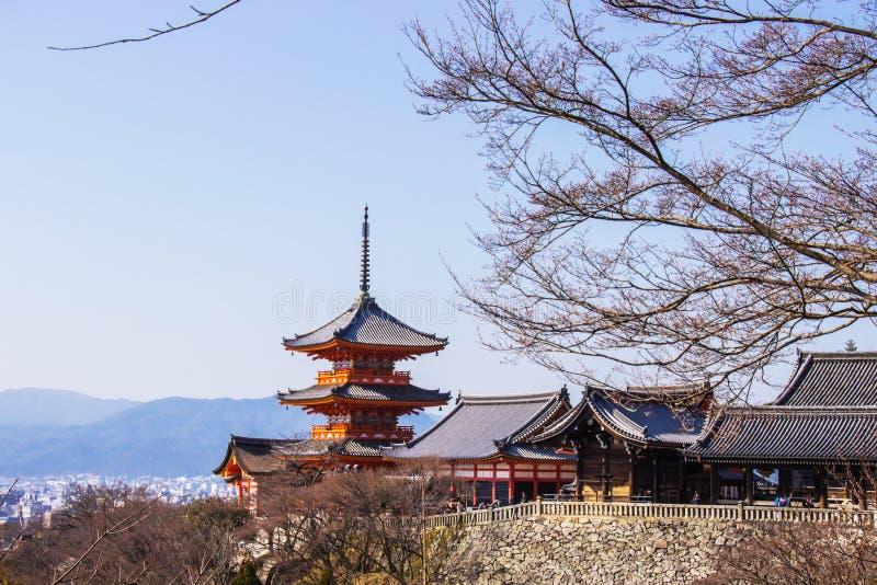 Le touriste au temple de Kiyomizu-dera pendant le temps de fleur de Sakura de cerise vont fleurir à Kyoto, Japon photographie stock libre de droits