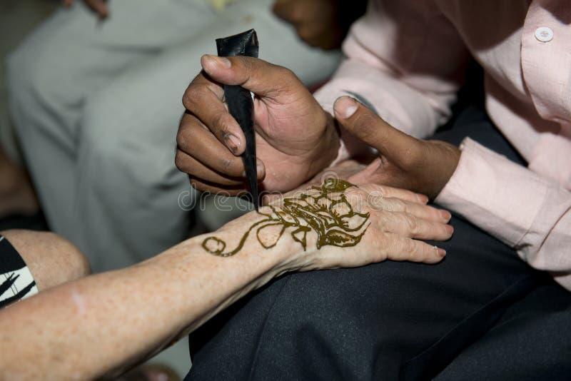 Le touriste dans l'Inde reçoit Henna Tattoo photos libres de droits