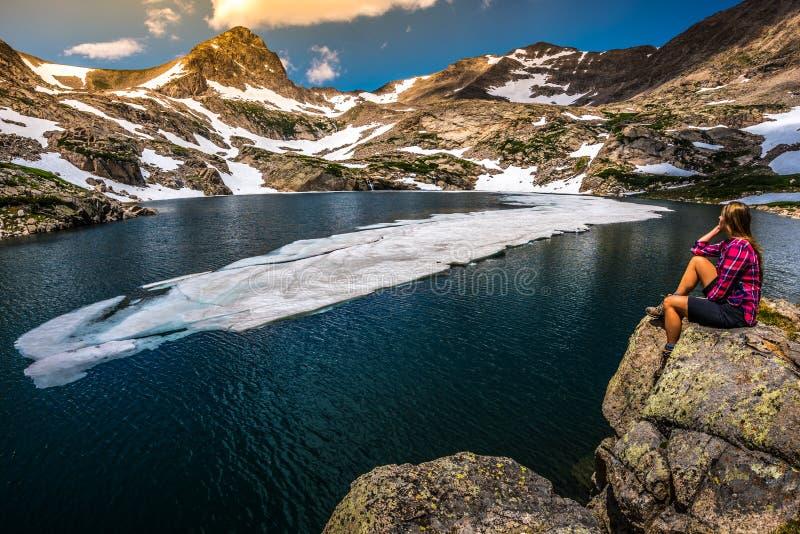 Le touriste dans la fille de randonneur du Colorado se repose au lac bleu photo stock