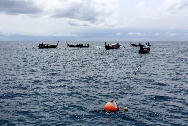 Le touriste a divergé au site naviguant au schnorchel, île de Hinson, Tarutao images stock