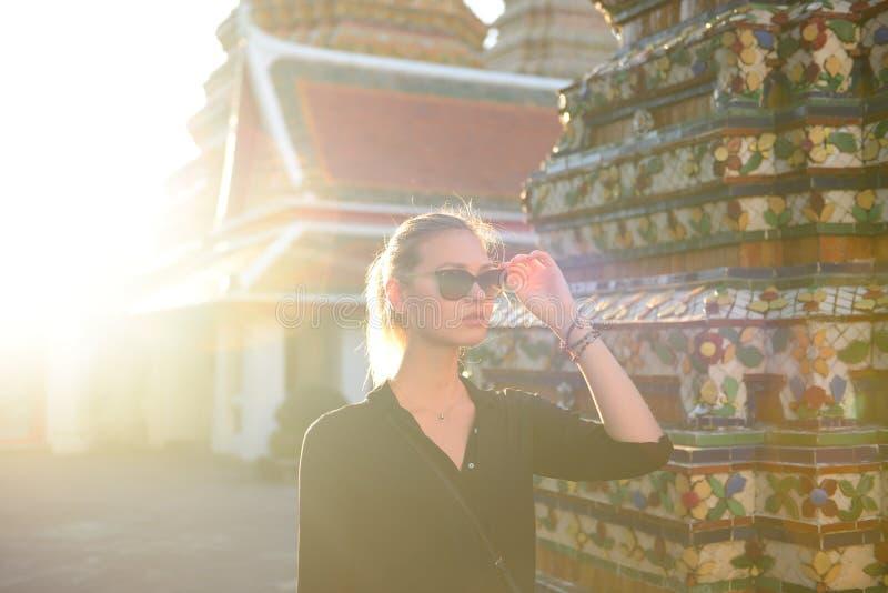Le touriste européen ou occidental de femme est enjor voyageant à Bangkok images libres de droits