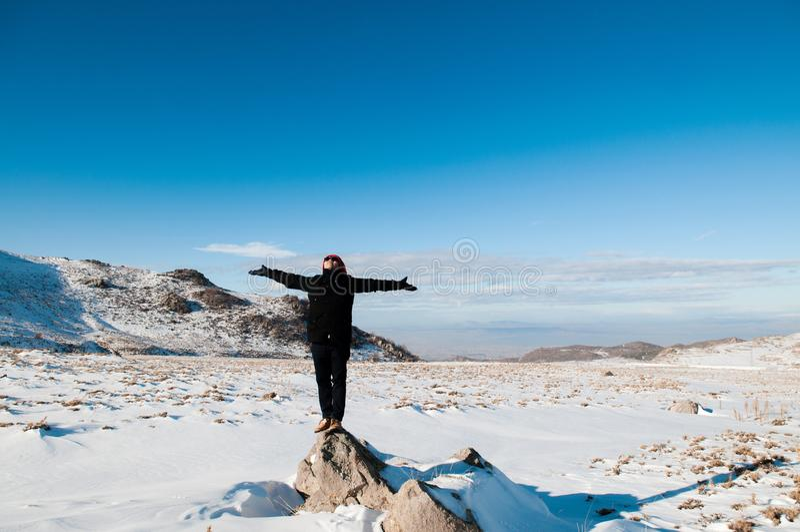 Le touriste explorent le Mt Volcan d'Erciyes couvert de neige en hiver, photographie stock libre de droits