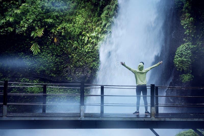 Le touriste féminin apprécie la vue de cascade de Situ Gunung photo stock