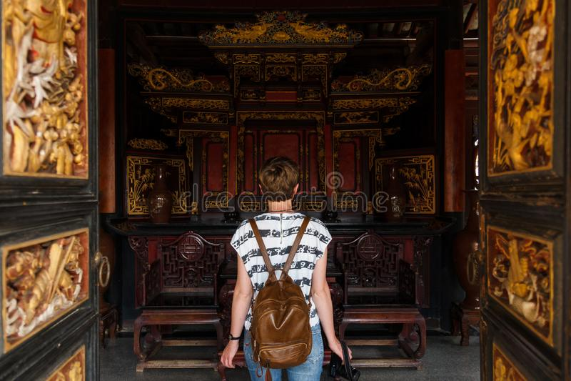 Le touriste féminin entre dans le bâtiment chinois historique images libres de droits