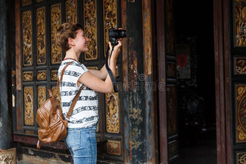 Le touriste féminin prend des photos des monuments chinois photographie stock libre de droits