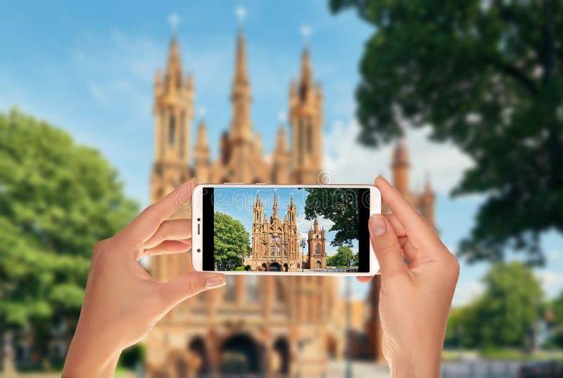 Le touriste fait une photo de l'église catholique à Vilnius photo libre de droits
