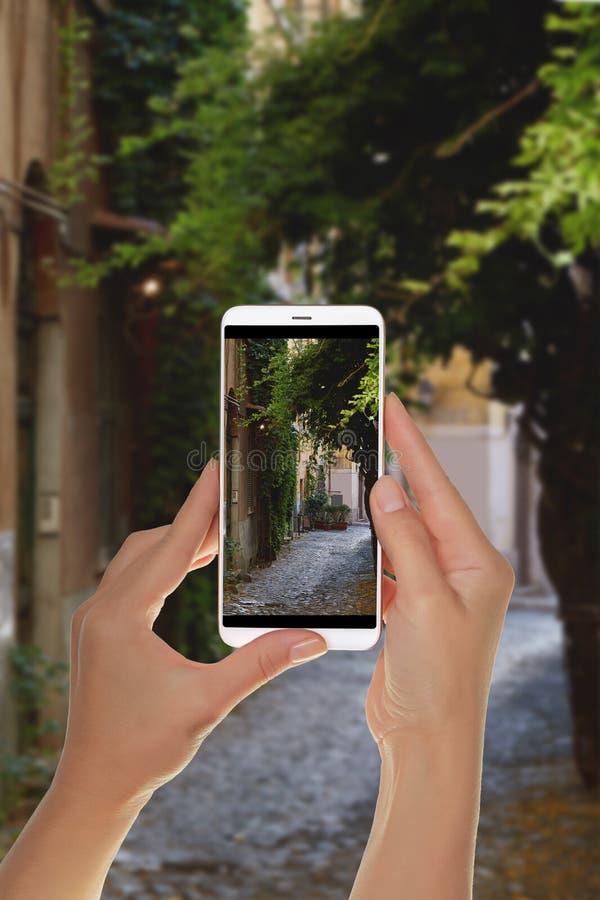 Le touriste fait une photo de la région de Trastevere à Rome photographie stock