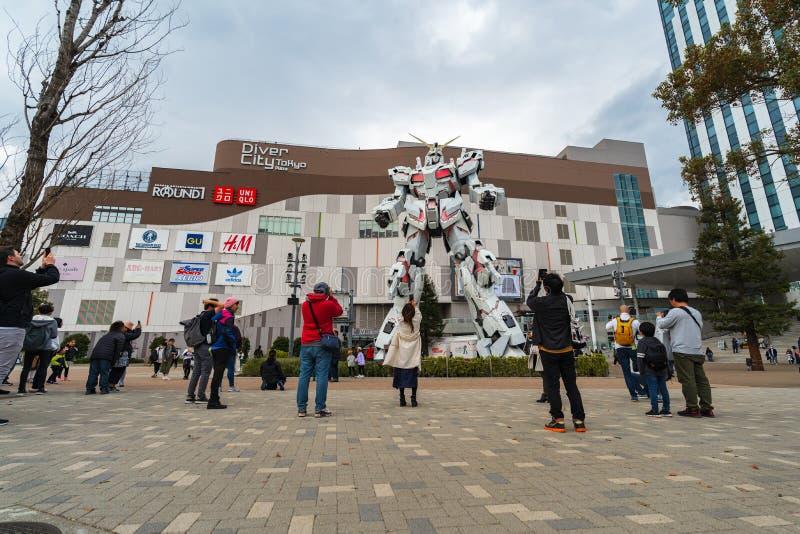 Le touriste non identifi? a visit? la statue de Gundam devant la plaza de DiverCity Tokyo, Japon images stock