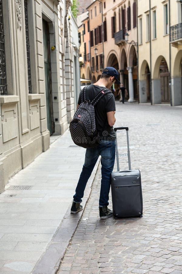 Le touriste perdu avec la valise sur la rue à Padoue photos libres de droits