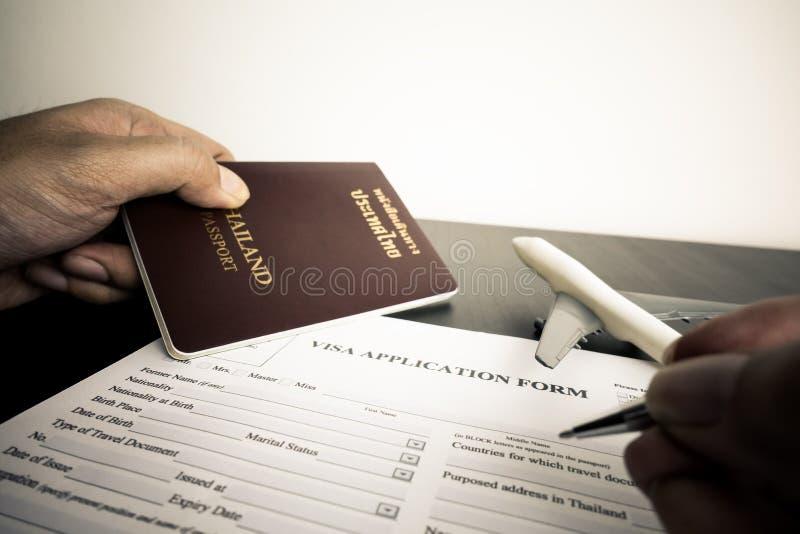 Le touriste remplit formulaire de demande de visa photos stock