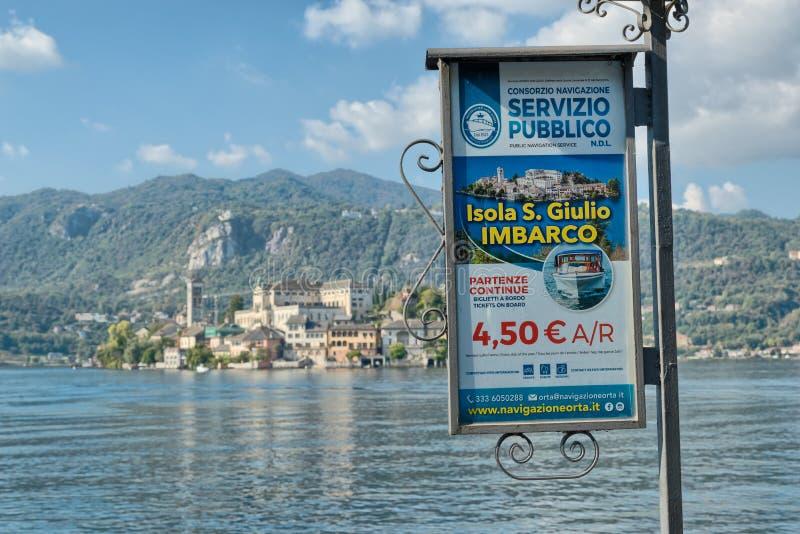 Le touriste se connectent un bord du lac italien, Orta San Giulio photos libres de droits