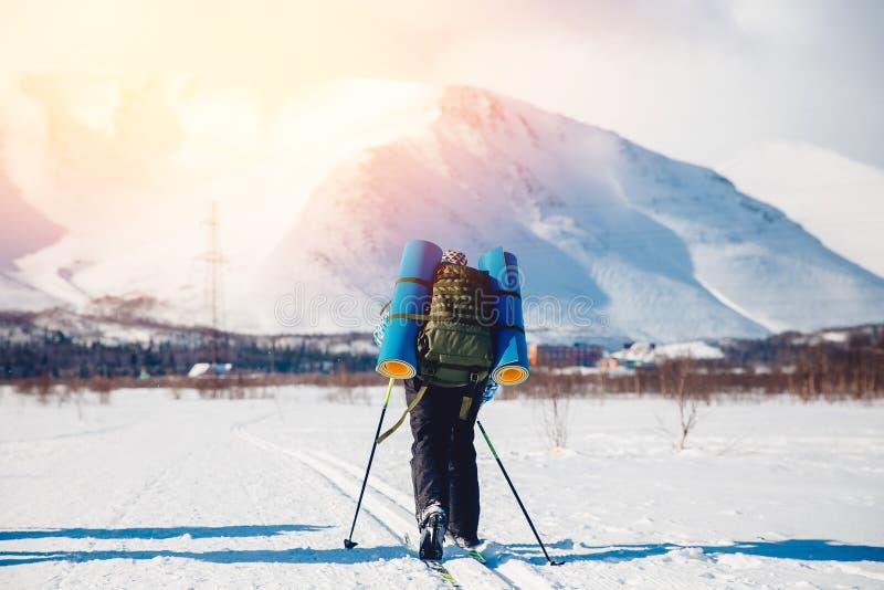 Le touriste sur le ski de fond va trimarder photos libres de droits