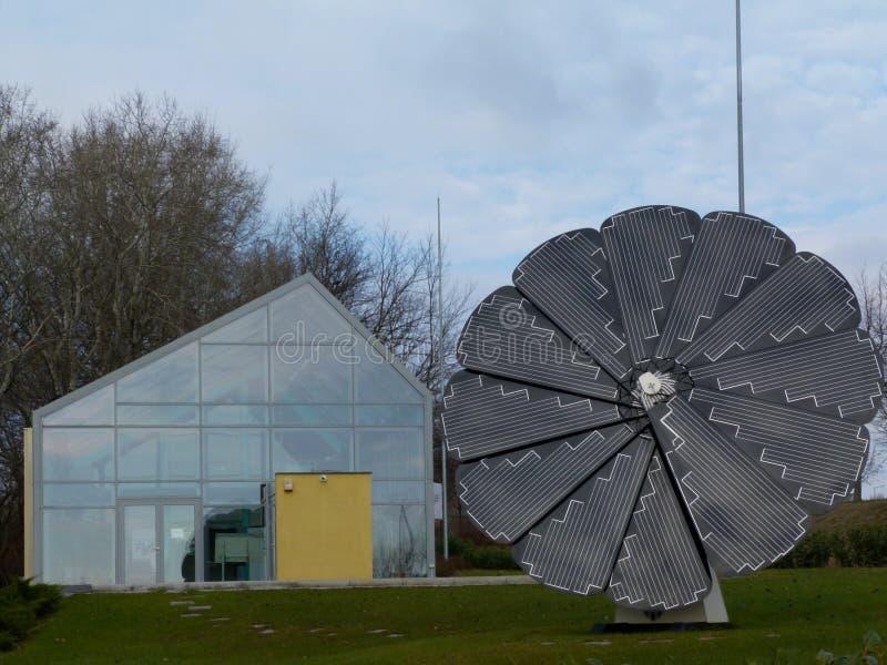 Le tournesol a formé le détail de panneau solaire sous le ciel bleu photos stock