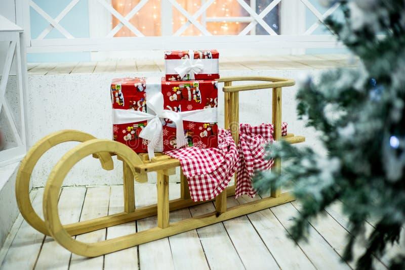 Le traîneau de nouvelle année avec des cadeaux image stock