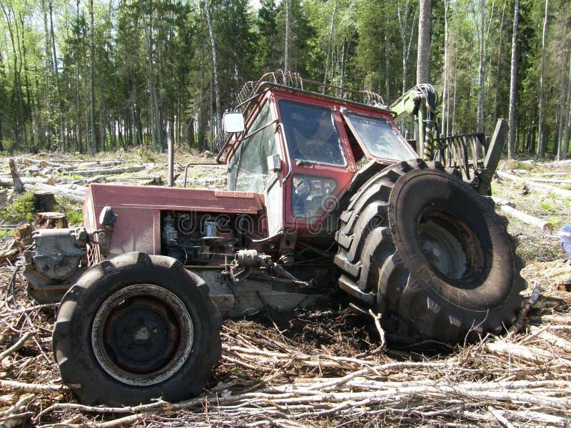 tracteur forestier dans la boue
