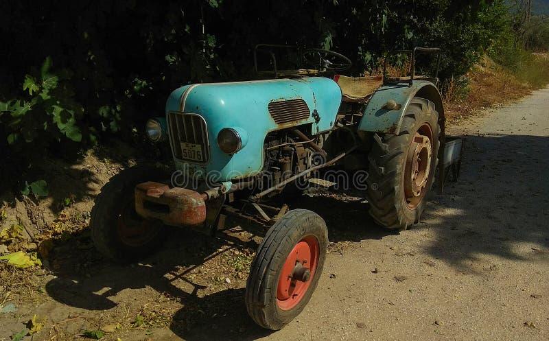Le tracteur de turquoise de vintage s'est garé dans un village grec images stock