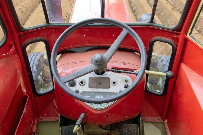 Le tracteur monte dans le domaine, regardant de l'intérieur photographie stock