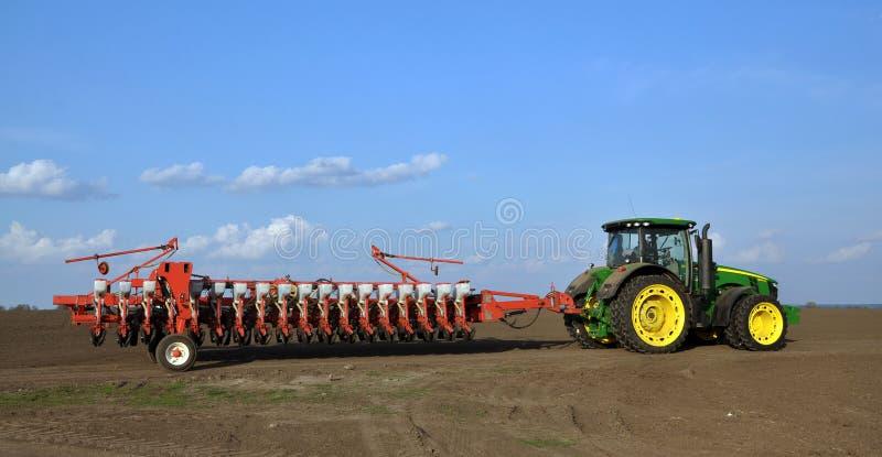 Le tracteur puissant transporte le foret de graine universel de 18 rangées photo stock