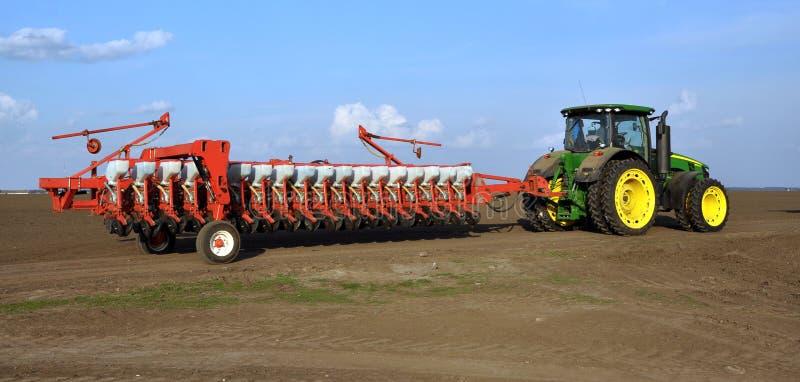 Le tracteur puissant transporte le foret de graine universel de 18 rangées image stock