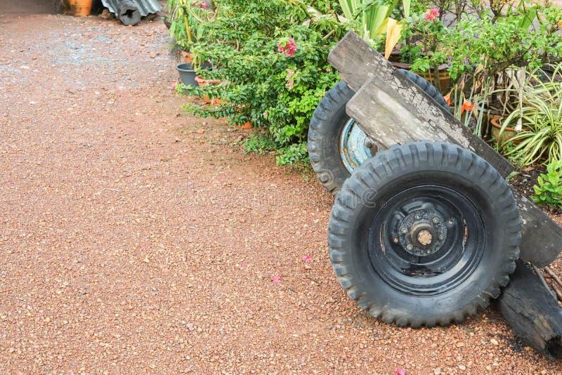 Le tracteur roule des pièces de rechange sur le chemin de saleté devant la maison photo libre de droits