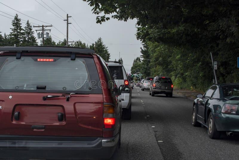 Le trafic à la lumière d'arrêt en Bellingham, Washington photographie stock libre de droits
