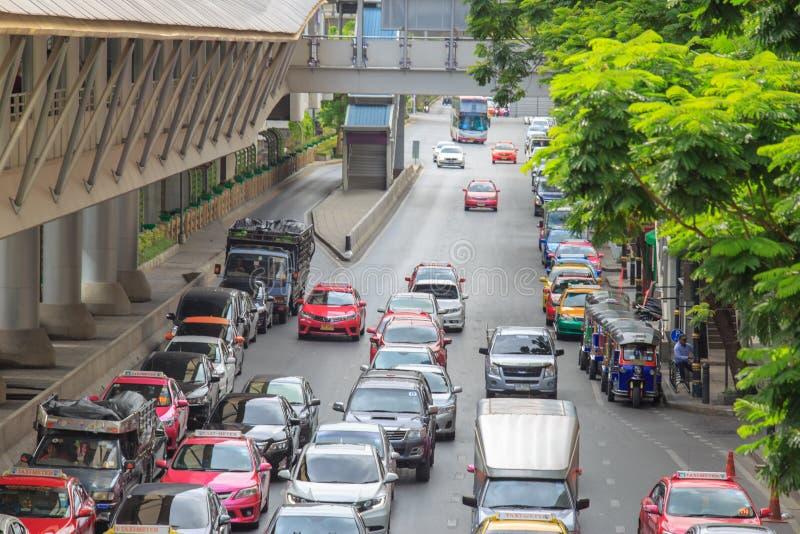 Le trafic à la route au centre de la ville skywalk proche d'échange à transiter entre le transit BTS de ciel et le transit rapide photo libre de droits