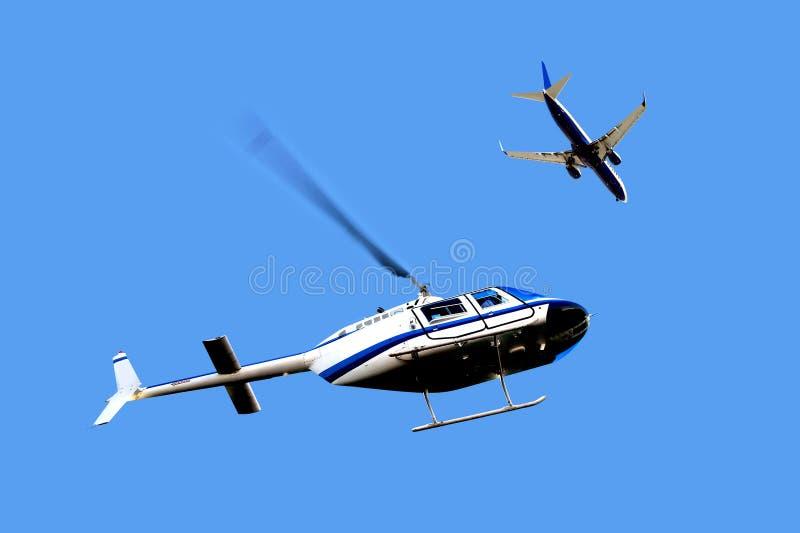 Le trafic aérien - hélicoptère et avion images stock