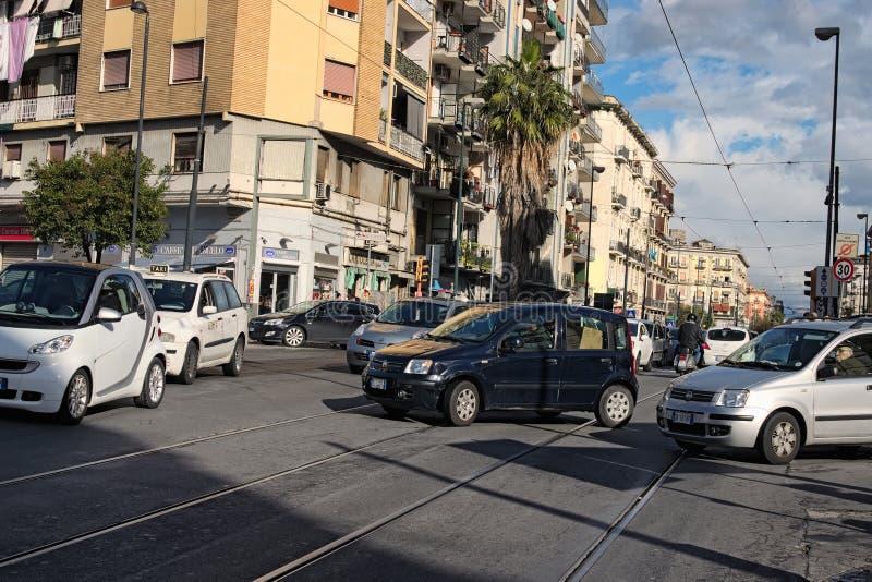 Le trafic désordonné au centre de la ville Chaque conducteur tâche de croiser l'intersection d'abord image libre de droits