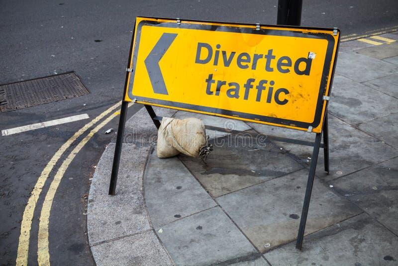 Le trafic détourné Support jaune de panneau routier image libre de droits
