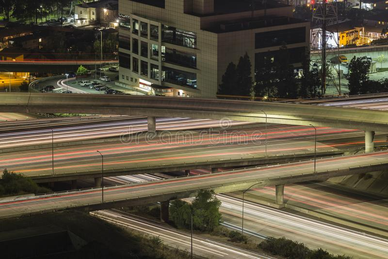 Le trafic d'échange d'autoroute de nuit de Los Angeles photo libre de droits