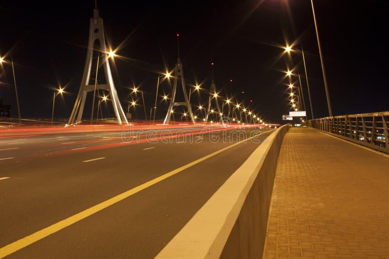 Le trafic d'heure de pointe de soirée sur le pont image stock