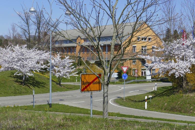 Le trafic d'un cercle dans le B500, conducteurs Baden-Baden avec les arbres de floraison image libre de droits