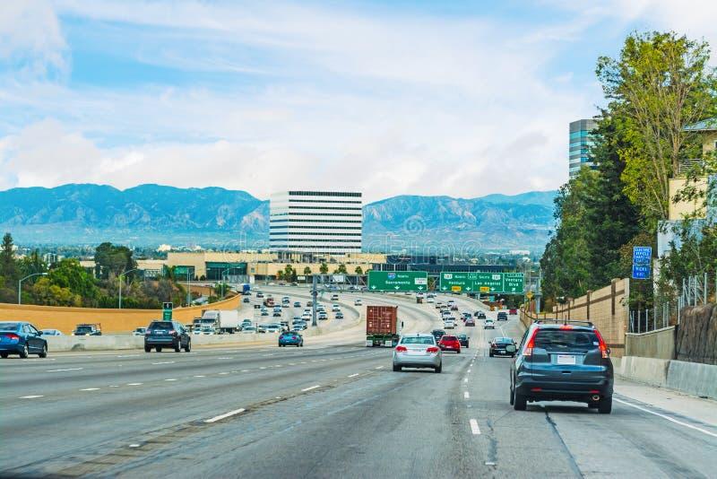 Le trafic dans l'autoroute 405 allante vers le nord images libres de droits