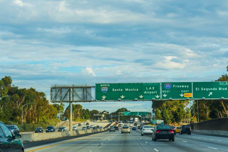 Le trafic dans l'autoroute 405 allante vers le nord images stock