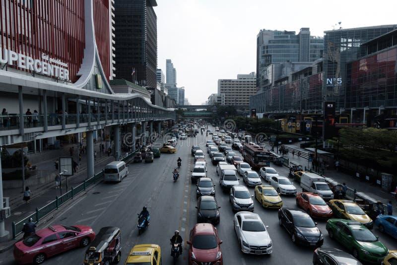 Le trafic dans l'avant à la route de Ratchaprasong devant grand C et monde central images libres de droits