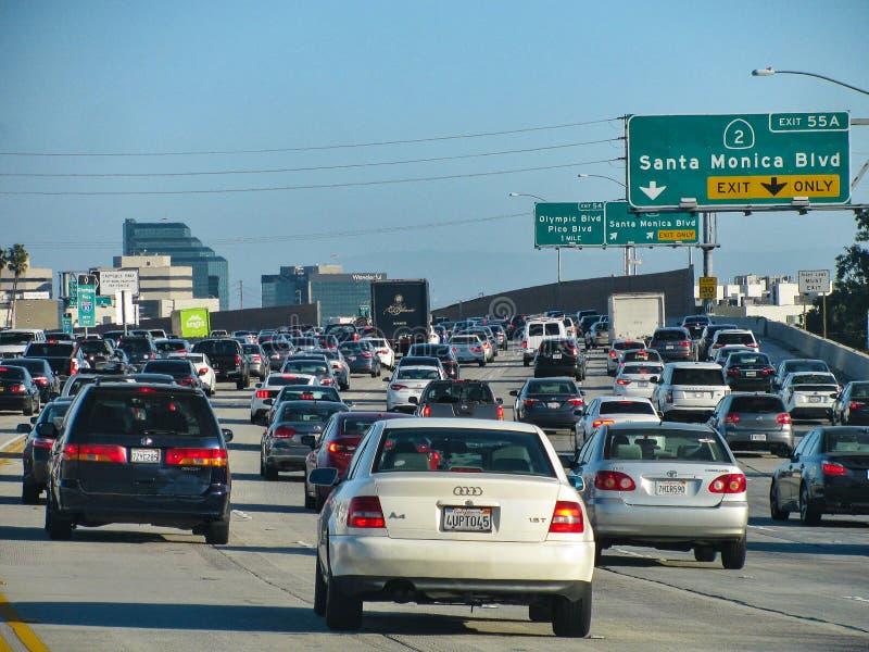 Le trafic de banlieusard sur I-405, une d'autoroutes les plus occupées du sud de California's image stock
