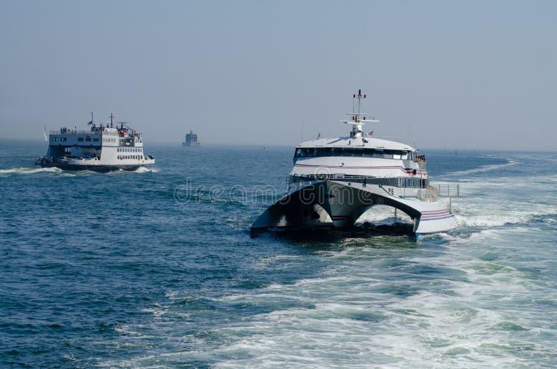 Le trafic de ferry sur la Tamise images libres de droits