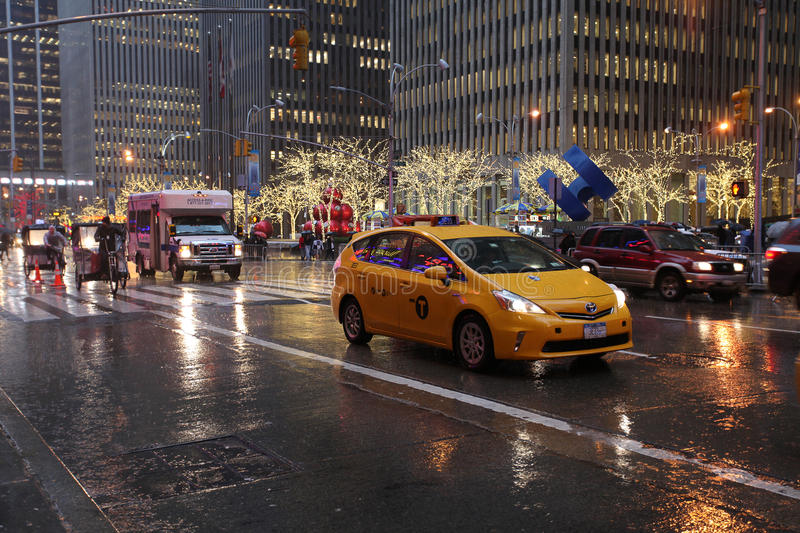 Le trafic de Fifth Avenue par temps pluvieux, NYC, Etats-Unis photographie stock libre de droits