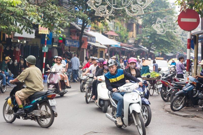 Le trafic de Hanoï dans le vieux quart photos stock