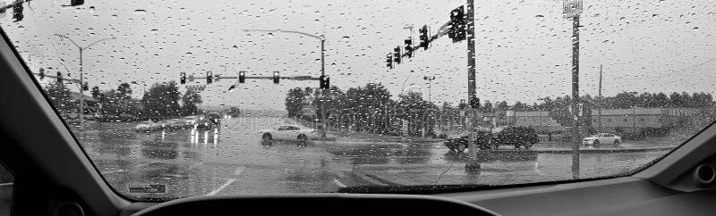 Le trafic de jour pluvieux de l'intérieur de la voiture photos stock