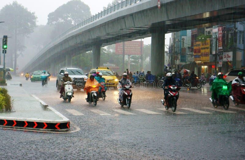 Le trafic de la ville de l'Asie en pleuvant la saison photo libre de droits