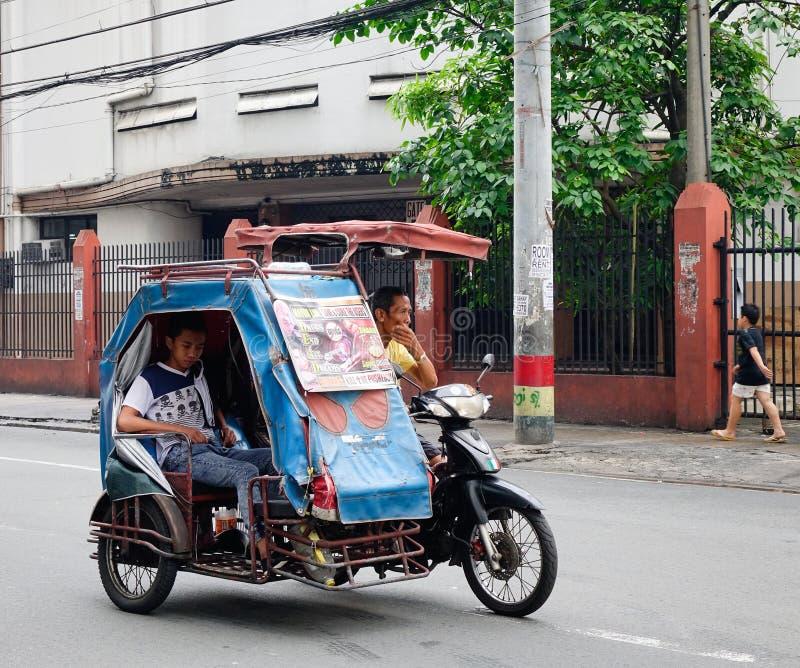 Le trafic de matin sur la rue à Manille image libre de droits