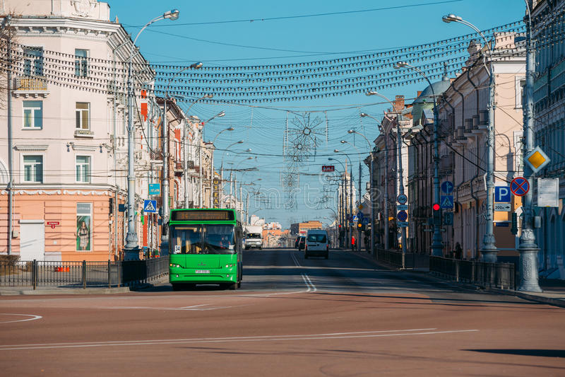 Le trafic de matin sur la rue de Sovetskaya dans Gomel, Belarus photos stock