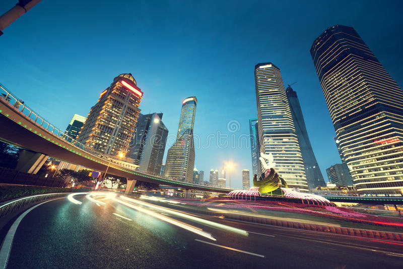 Le trafic de nuit dans des finances de Changhaï Lujiazui photos libres de droits