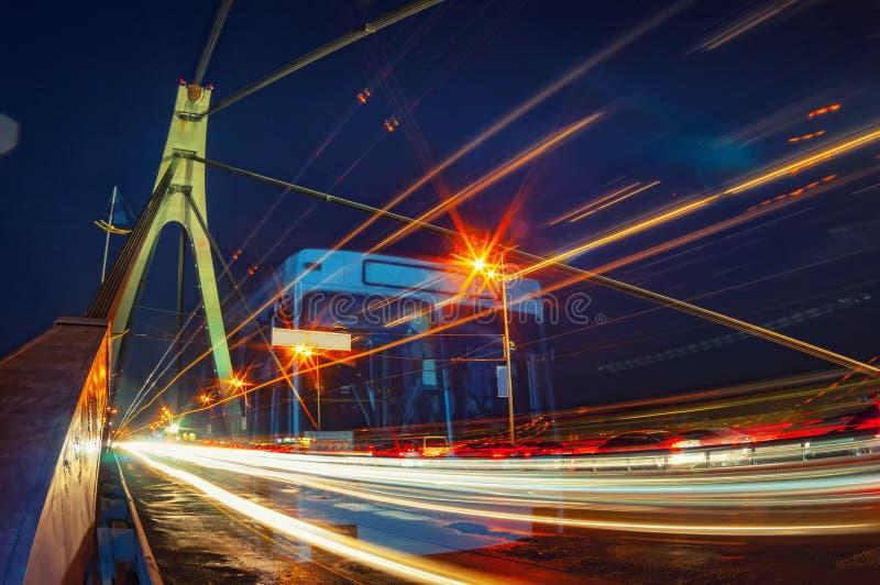 Le trafic de nuit sur le pont image libre de droits