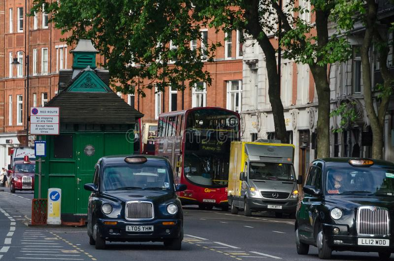 Le trafic de taxi et d'autobus à Londres, juin 2015 L'Angleterre/Royaume-Uni image libre de droits