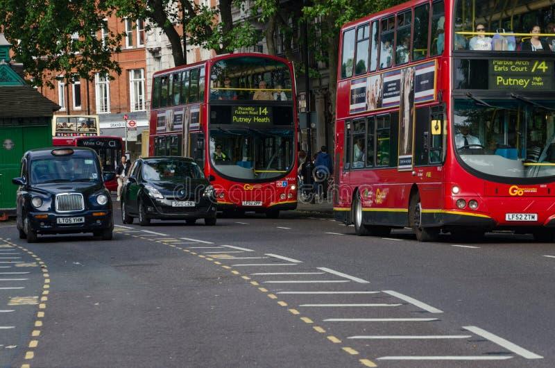 Le trafic de taxi et d'autobus à Londres, juin 2015 L'Angleterre/Royaume-Uni image stock