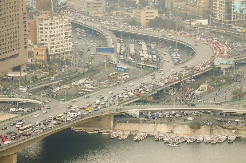 Le trafic de véhicule sur le ` 6ème du ` de pont d'octobre - le Caire images libres de droits